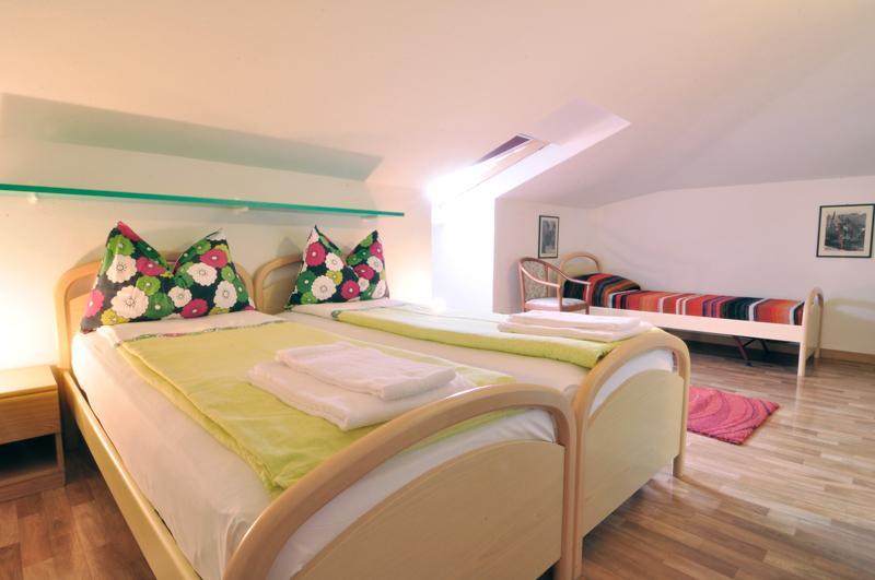 Mansardenzimmer mit 2 Einzelbetten und Gemeinschaftsbad